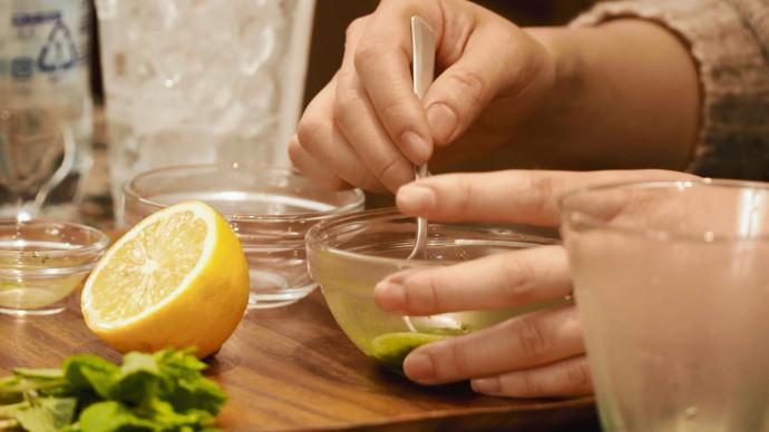 抹茶和热水拌匀